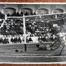 Coleccionismo deportivo: FOTOGRAFIA DE LOS AÑOS 50. ATLÉTICO. GARCÍA CORTÉS. 11,5 CM. X 17,3 CM.. Lote 155920402