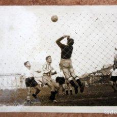 Coleccionismo deportivo: FOTOGRAFIA DE LOS AÑOS 50. ESCENA DE FÚTBOL. CIFRA-GRÁFICA. 12,2 CM. X 17,6 CM.. Lote 155921038