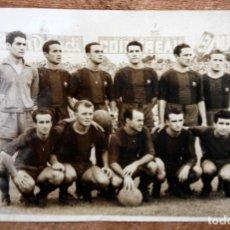 Coleccionismo deportivo: FOTOGRAFIA DEL FC BARCELONA. AÑOS 50. PRIMER EQUIPO (RAMALLETS, KUBALA...ETC.). 12 CM. X 18 CM. . Lote 155923658