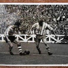 Coleccionismo deportivo: FOTOGRAFIA DE LOS AÑOS 50. ATLETICO DE BILBAO-REAL GIJON. FOTO CECILIO. 11 CM. X 17 CM. . Lote 155924494