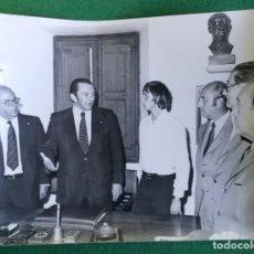 Coleccionismo deportivo: FOTOGRAFIA FICHAJE CRUIFF Y MONTAL 2 - FOTO ORIGINAL 18X24 - FUTBOL CLUB BARCELONA - 1974/75 BARÇA. Lote 156132978