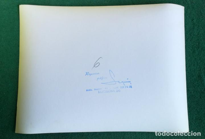 Coleccionismo deportivo: FOTOGRAFIA FICHAJE CRUIFF Y MONTAL 3 - FOTO ORIGINAL 18X24 - FUTBOL CLUB BARCELONA - 1974/75 BARÇA - Foto 2 - 156133462
