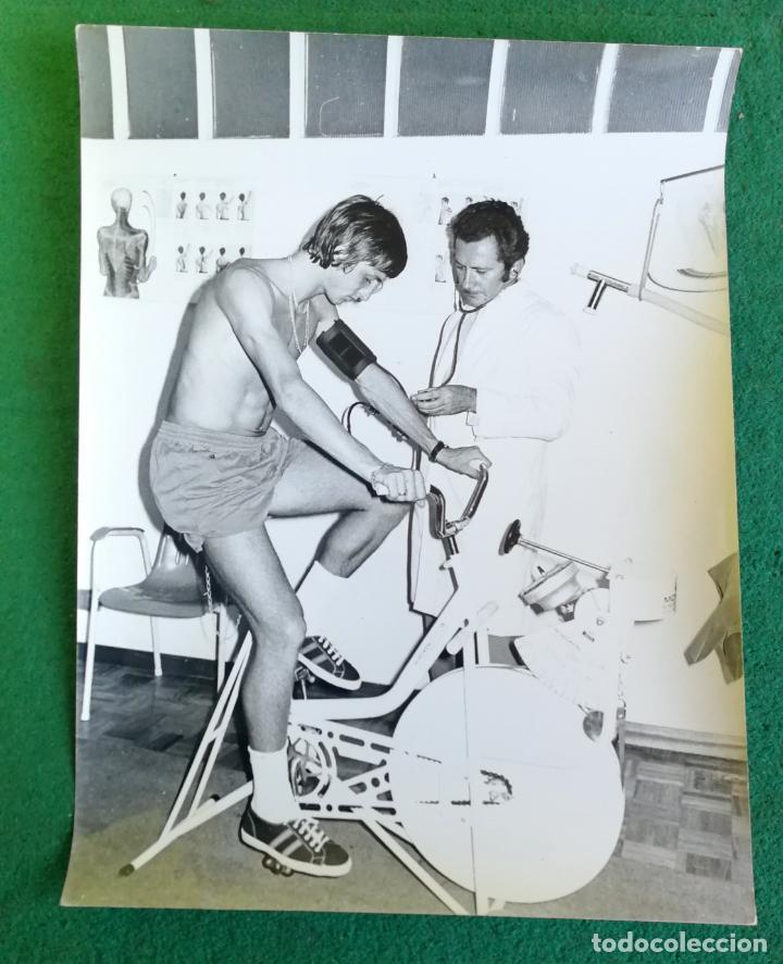 FOTOGRAFIA FICHAJE CRUIFF REVISIÓN MÉDICA - FOTO ORIGINAL 18X24 - FUTBOL CLUB BARCELONA - 1974/75 (Coleccionismo Deportivo - Documentos - Fotografías de Deportes)