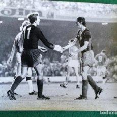 Coleccionismo deportivo: FOTOGRAFIA CRUIFF Y CHARLY REIXACH - FOTO ORIGINAL 18X24 - FUTBOL CLUB BARCELONA - 1974/75 NOU CAMP. Lote 156137234