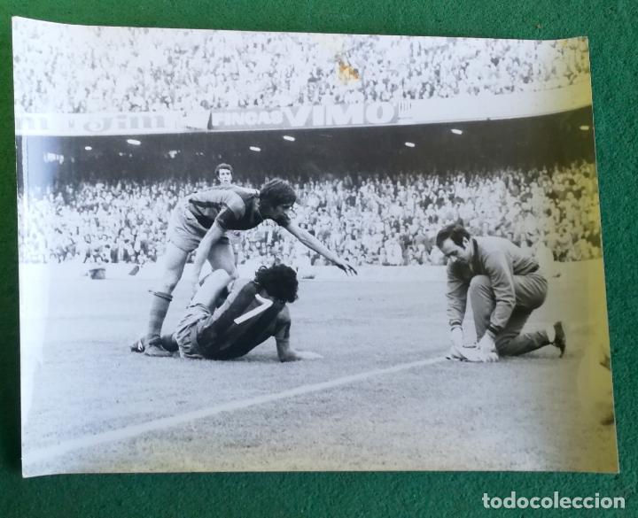 FOTOGRAFIA CRUIFF Y MUR - FOTO ORIGINAL 18X24 - FUTBOL CLUB BARCELONA - 1974/75 NOU CAMP (Coleccionismo Deportivo - Documentos - Fotografías de Deportes)