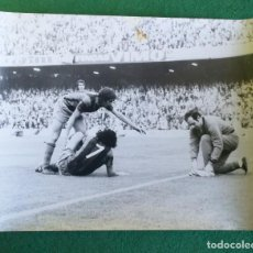 Coleccionismo deportivo: FOTOGRAFIA CRUIFF Y MUR - FOTO ORIGINAL 18X24 - FUTBOL CLUB BARCELONA - 1974/75 NOU CAMP. Lote 156153598