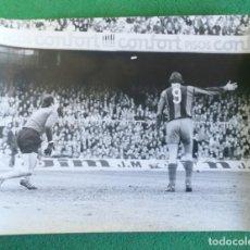 Coleccionismo deportivo: FOTOGRAFIA CRUIFF 8 - FOTO ORIGINAL 18X24 - FUTBOL CLUB BARCELONA - 1974/75 NOU CAMP. Lote 156165354