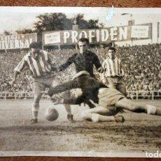 Coleccionismo deportivo: FOTOGRAFIA DE LOS AÑOS 50. REAL GIJÓN. CAMPEONATO DE PRIMERA DIVISIÓN. 12 CM. X 18 CM.. Lote 156485094
