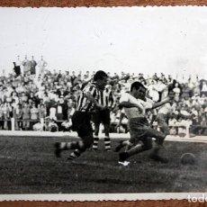 Coleccionismo deportivo: FOTOGRAFIA DE LOS AÑOS 50. IMAGEN DE UN PARTIDO DEL REAL ZARAGOZA. 11,8 CM. X 17,5 CM.. Lote 156492330