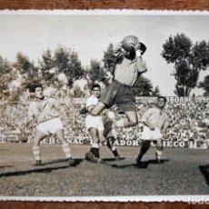 Collectionnisme sportif: FOTOGRAFIA DE LOS AÑOS 50. PARTIDO ENTRE EL SEVILLA Y CELTA. FOT. JOSE NARBONA. 11,5 CM. X 17 CM.. Lote 156493050