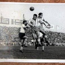 Coleccionismo deportivo: FOTOGRAFIA DE LOS AÑOS 50. ESCENA DE UN PARTIDO DE FÚTBOL. 12 CM. X 18 CM.. Lote 156494506