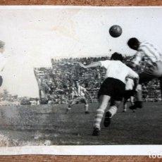 Coleccionismo deportivo: FOTOGRAFIA DE LOS AÑOS 50. ESCENA DE UN PARTIDO DE FÚTBOL. FOT. VALES. 12 CM. X 18 CM.. Lote 156494698