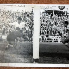 Coleccionismo deportivo: FOTOGRAFIA DE LOS AÑOS 50. ESCENA DE UN PARTIDO DE FÚTBOL. FOT. VALES. 12 CM. X 18 CM.. Lote 156494790