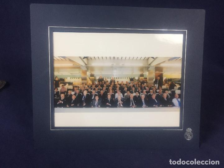 Coleccionismo deportivo: FOTOGRAFIA REAL MADRID BERNABEU FLORENTINO PEREZ PRESIDENTE CON SOCIOS SENIOR DIRECCION ZONA VIP 21X - Foto 2 - 156623414