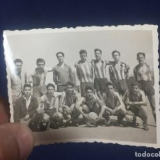 Coleccionismo deportivo: JOVEN EQUIPO DE FUTBOL CAMISETA RAYAS 1951 VER FOTOS 5,5X7,5CMS. Lote 156664990