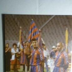 Coleccionismo deportivo: FOTO PRENSA TAMAÑO CUARTILLA F.C.BARCELONA --CELADES -DE LA PEÑA. Lote 158125270