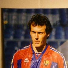 Coleccionismo deportivo: FOTO PRENSA TAMAÑO CUARTILLA F.C.BARCELONA -JUGADOR POPESCU. Lote 158129222