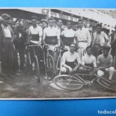 Coleccionismo deportivo: ANTIGUA POSTAL FOTOGRAFICA DE EQUIPO CICLISTA. Lote 159397422
