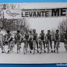 Collezionismo sportivo: ANTIGUA FOTOGRAFIA DE CICLISTAS - AÑOS 1960-70 - FERRYS - VUELTA CICLISTA A LEVANTE. Lote 159399538