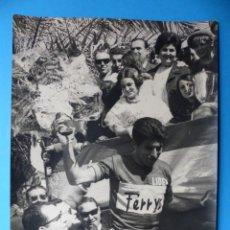 Coleccionismo deportivo: ANTIGUA FOTOGRAFIA DE CICLISTA - AÑOS 1960-70 - FERRYS - VUELTA CICLISTA A LEVANTE. Lote 159399614