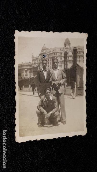 TRES FOTOGRAFIAS HISTORICAS DE JUGADORES DEL MALAGA F.C. AÑO 1943 EN VALENCIA Y XATIVA (Coleccionismo Deportivo - Documentos - Fotografías de Deportes)