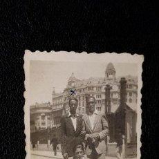 Coleccionismo deportivo: TRES FOTOGRAFIAS HISTORICAS DE JUGADORES DEL MALAGA F.C. AÑO 1943 EN VALENCIA Y XATIVA. Lote 159461526