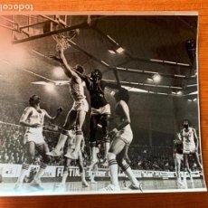Coleccionismo deportivo: FOTOGRAFIA PARTIDO DE BALONCESTO DEL REAL MADRID CON BRABENDER.. Lote 162015938