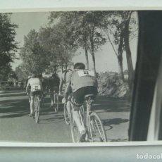Coleccionismo deportivo: CICLISMO : FOTO DE UN GRUPO DE CICLISTAS MARCHANDO ......... 11,5 X 17,5 CM. Lote 162417642