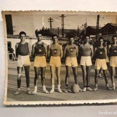 Coleccionismo deportivo: BALONCESTO. FOTOGRAFÍA VALENCIA.C.B. FRENTE DE JUVENTUDES. CAMPEONATO DE ESPAÑA. (A.1944). Lote 165149441