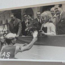 Coleccionismo deportivo: ANTIGUA FOTOGRAFIA ENTREGA PREMIO.CICLISMO.EQUIPO KAS.FOTO CELAN SEVILLA AÑOS 60?. Lote 166938388