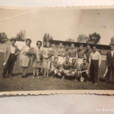 Coleccionismo deportivo: FÚTBOL. FOTOGRAFÍA VALENCIA EQUIPO LOCAL, ENTREGA DE PREMIOS. SRTA GARCIA DE CACERES (H.1950?). Lote 169025564