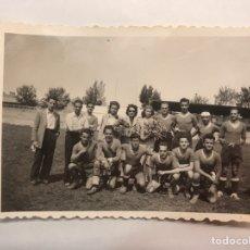 Coleccionismo deportivo: FÚTBOL. (2) FOTOGRAFÍA VALENCIA EQUIPO LOCAL, ENTREGA DE PREMIOS. SRTA GARCIA DE CACERES (H.1950?),. Lote 169025616