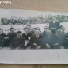 Coleccionismo deportivo: FOTOGRAFIA DE AFICIONADOS EN LA GRADAS DE EQUIPO DE SEVILLA HECHA POR OLMEDO REDACTOR DEPORTIVO. Lote 171173547