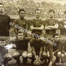 Coleccionismo deportivo: FC. BARCELONA. FOTO ORIGINAL EQUIPO TITULAR FINALES 1960S. FOTO 24 X 18 CTM. SELLO SEGUÍ. Lote 171588124