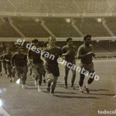 Coleccionismo deportivo: CF BARCELONA. ENTRENAMIENTO PRIMER EQUIPO. NOU CAMP. HACIA 1960. 18X 12 CTMS. Lote 171589467