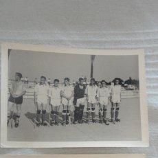 Coleccionismo deportivo: DOS ANTIGUAS FOTOGRAFIAS.ENTREGA TROFEO.EQUIPO DE HOCKEY SOBRE PATINES.AÑOS 50?. Lote 172720973