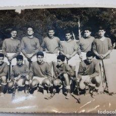 Coleccionismo deportivo: ANTIGUA FOTOGRAFÍA DE EQUIPO HOCKEY AÑOS 60 ALICANTE . Lote 172852742