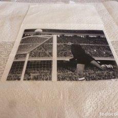 Coleccionismo deportivo: FOTO MATE(15 X 20) LIGA 65-66 BARÇA 1 ATH.CLUB DE BILBAO 0- JOSE ANGEL IRIBAR. Lote 173623738