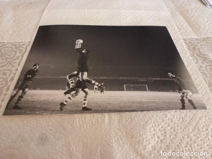 FOTO MATE(15 X 20) LIGA 65-66 BARÇA 1 ATH.CLUB DE BILBAO 0- JOSE ANGEL IRIBAR (Coleccionismo Deportivo - Documentos - Fotografías de Deportes)