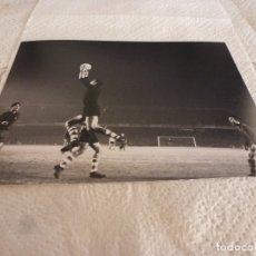 Collectionnisme sportif: FOTO MATE(15 X 20) LIGA 65-66 BARÇA 1 ATH.CLUB DE BILBAO 0- JOSE ANGEL IRIBAR. Lote 173623772