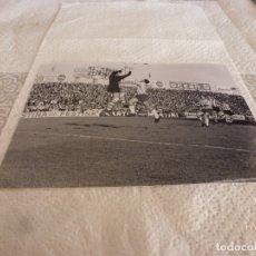Coleccionismo deportivo: FOTO MATE(15 X 20) LIGA 65-66 (SARRIÁ)R.C.D. ESPAÑOL 3 ATH.CLUB DE BILBAO 4- JOSE ANGEL IRIBAR. Lote 173623850