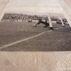 Coleccionismo deportivo: FOTO MATE(15 X 20) LIGA 65-66 (SARRIÁ)R.C.D. ESPAÑOL 3 ATH.CLUB DE BILBAO 4- JOSE ANGEL IRIBAR. Lote 173623879