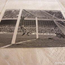 Coleccionismo deportivo: FOTO MATE(15 X 20) LIGA 67-68 (CAMP NOU) BARÇA 1 ATH.CLUB DE BILBAO 0- JOSE ANGEL IRIBAR. Lote 173623953
