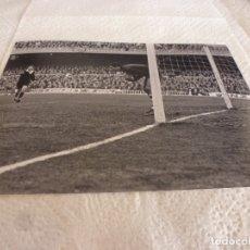Coleccionismo deportivo: FOTO MATE(15 X 20) LIGA 67-68 (CAMP NOU) BARÇA 1 ATH.CLUB DE BILBAO 0- JOSE ANGEL IRIBAR. Lote 173623973
