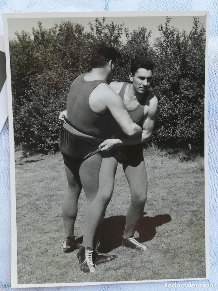 Coleccionismo deportivo: 8 FOTOGRAFIAS DEPORTE LUCHA LIBRE VIKINGO DE ISLANDIA,AÑOS 50,SIMILAR A LA CANARIA Y GRECO ROMANA - Foto 7 - 174414599