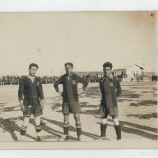 Coleccionismo deportivo: FOTOGRAFIA ORIGINAL TIPO POSTAL - 3 JUGADORES F.C. BARCELONA - AÑOS 20 / 30. Lote 174549864