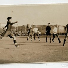 Coleccionismo deportivo: FOTOGRAFIA ORIGINAL TIPO POSTAL - JUGADA DE UN PARTIDO DEL F.C. BARCELONA - AÑOS 20 / 30. Lote 174552538