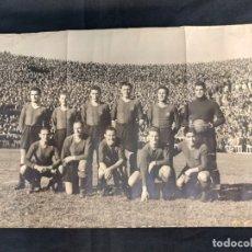 Coleccionismo deportivo: PLANTILLA F.C. BARCELONA AÑOS 40 - 39,5 CM X 26,5 CM - FOTO CATALAN - . Lote 174573042