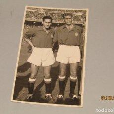 Coleccionismo deportivo: ANTIGUA FOTOGRAFIA DE FUERTES Y PUCHADES JUGADORES DE LA SELECCIÓN ESPAÑOLA Y DEL VALENCIA C.F.. Lote 175195005