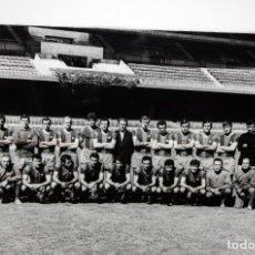 Coleccionismo deportivo: FOTOGRAFIA DEL F.C.BARCELONA - AÑOS 70 - FIRMADA POR - JUGADORES - ENTRENADOR - 44,5 X 66 CM.. Lote 175204482